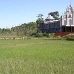 Risfallt och en kyrka, Kerala, Indien