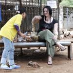Busig tiger unge leker med Evelina